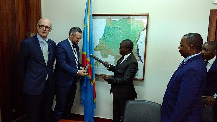 Le Représentant de la FHS et le Ministre du MEDD s'échangent les documents signés