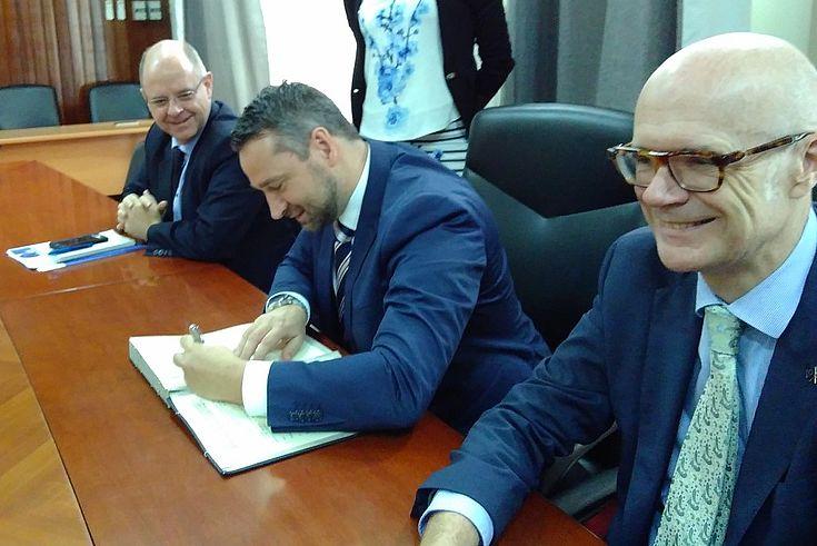 Signature du Représentant de la FHS (au centre) en présence de l'Ambassadeur de l'UE (à droite) et du Chef de coopération (à gauche)
