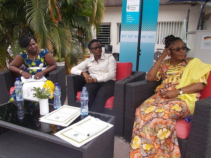 De gauche à droite : Mme Juma, Mme Olga et Mme Yvette Shabani du Ministère des Finances