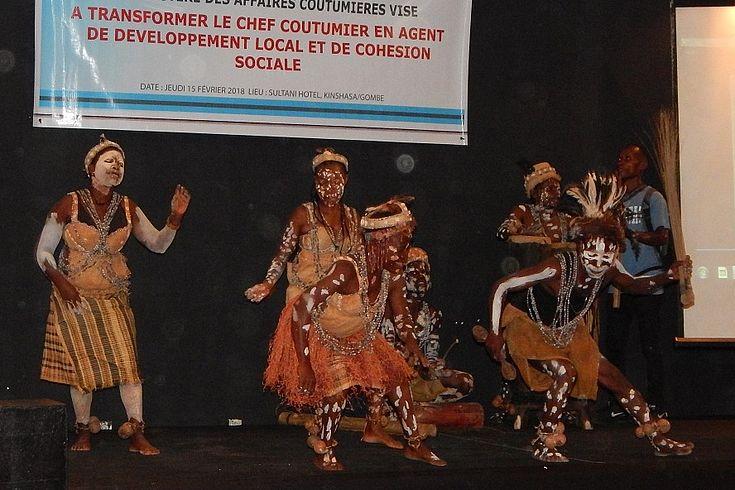 Groupe folklorique de pygmées