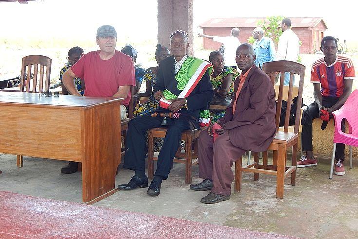 Les invités d'honneur de gauche à droite, le Chef de Projet Ntsio, le Chef Coutumier, son notable